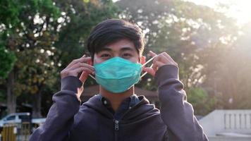 joven con máscara protectora.