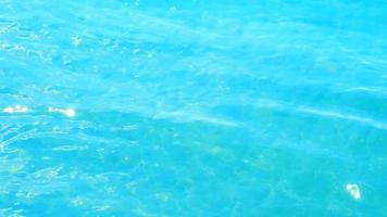 vista da superfície da água do mar e luz solar refletida video