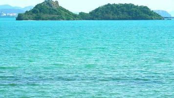 isla y superficie de agua de mar azul puro