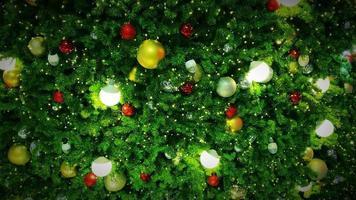 árvore de natal decorada com luzes e enfeites. video
