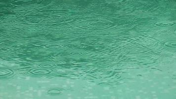 gotas de lluvia cayendo sobre el agua