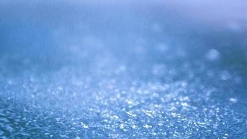una refrescante ducha de lluvia cayendo sobre el agua