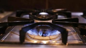 La estufa de gas se enciende y da de llamas azules