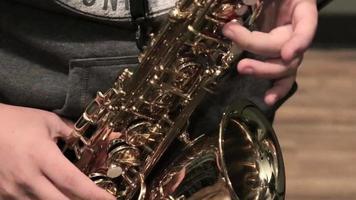 músico toca un saxofón dorado video