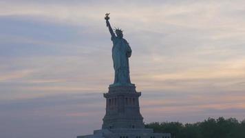statue de la liberté gros plan au coucher du soleil 4k