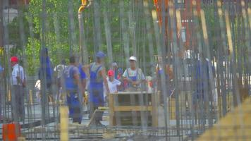 construção chegando em um vídeo de estoque de construção 4k video