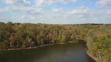 lago árboles y tierras de cultivo paso elevado aéreo