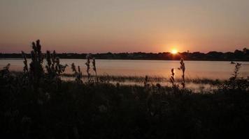 puesta de sol sobre la bahía