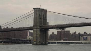 ponte de brooklyn na água