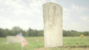 una lápida de veterano en el cementerio video