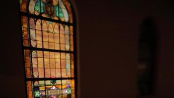 Buntglasfensterpfanne von rechts video