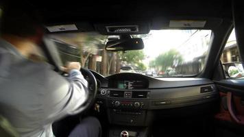 empresário dirigindo carro time lapse