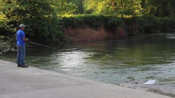 uomo che pesca nel torrente