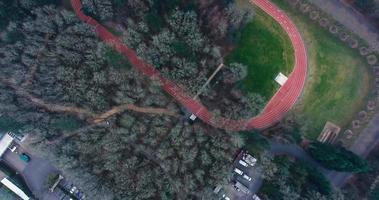 imagens aéreas sobre o campo de atletismo na sede da nike video