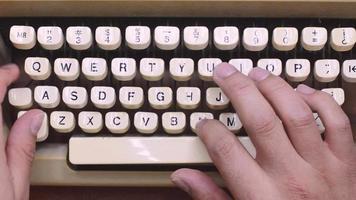 escrevendo na velha máquina de escrever