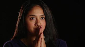 chica de cabello oscuro en pensamiento profundo 1 video