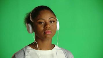Atitude de chiclete jovem mulher afro-americana 1 video