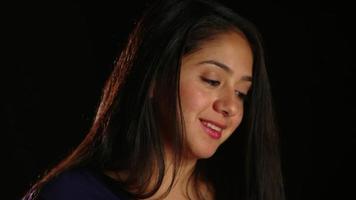 menina de cabelos escuros sorrindo para a câmera 2
