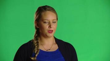 mulher loira sem saber as palavras - clipe de estúdio video