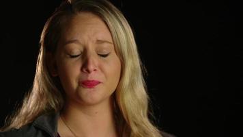Mujer llorando moviendo la cabeza con gesto de negación