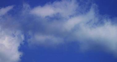 Zeitraffer von Cumuluswolken mit Transparenz, die sich auf blauem Himmel in 4k bewegen