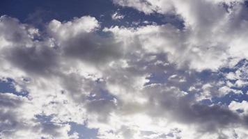 lapso de tempo de nuvens altocumulus brilhantes e cinza movendo-se da direita para a esquerda em 4k