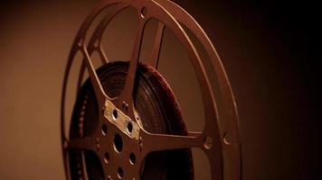close-up de meio rolo de filme girando com iluminação frontal mostrando reflexos de luz em 4k