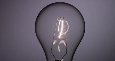 close up de uma lâmpada clássica ligando e desligando em 4k