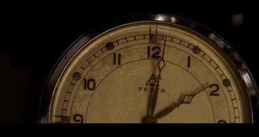 lapso de tempo de meio relógio de bolso mostrando o ponteiro dos minutos movendo-se em uma hora das 2:00 às 3:00 em 4k