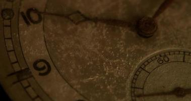 close-up extremo do ponteiro do relógio de segundos movendo-se trinta segundos, começando nos segundos 45 em um lapso de tempo de 4k