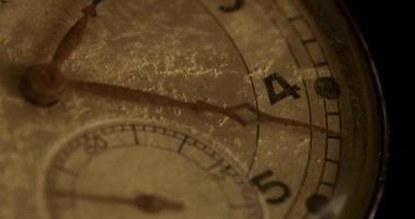 Primer plano extremo de la manecilla del reloj de segundos que se mueve veinticuatro minutos, comenzando en el segundo 30 en un lapso de tiempo de 4k