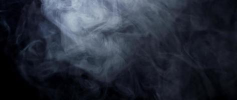 fumaça branca suave na metade superior da cena, desaparecendo na escuridão em 4k