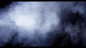 densas nuvens de fumaça movendo-se rapidamente na escuridão com iluminação aérea em 4k