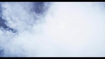 explosão de várias nuvens pesadas movendo-se da esquerda para a direita e desfocando no fundo em 4k