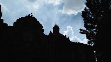 lapso de tiempo de la iglesia y las nubes