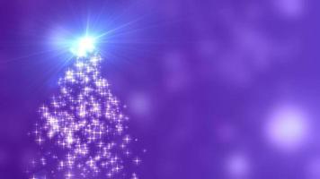 Les lumières des étoiles de flocons de neige convergent vers l'arbre de Noël avec fond violet bokeh