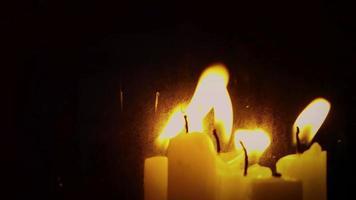 velas assustadoras e o espelho corroído