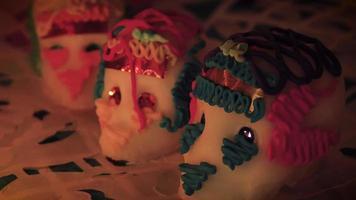 panoramique lent de trois crânes en sucre à la chandelle