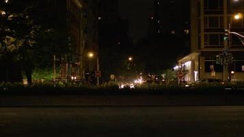 foto noturna da rua principal com carros e táxis nas ruas de chicago