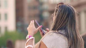 mujer tomando fotos del frijol en chicago