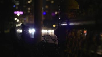 colpo notturno di luci per auto con reticolo in primo piano
