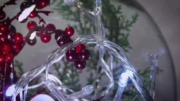 feche a decoração de natal e as luzes na esfera
