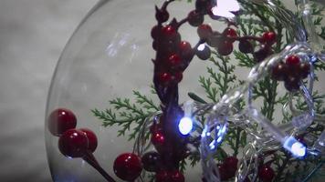 decoración navideña y luces en esfera.