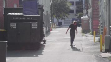 verschwommener Clip eines Mannes, der in der Gasse skatet und sich nähert