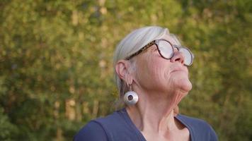 close-up de uma senhora com humor pensativo video