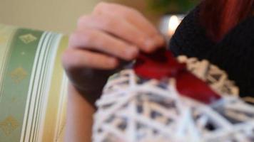 regalo de San Valentín. niña joven, tenencia, blanco, corazón de madera, con, pétalos de rosa