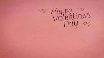 feliz dia dos namorados letras com presentes em fundo rosa quente