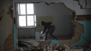 Hombre deprimido y loco rompe un armario en una vieja casa abandonada