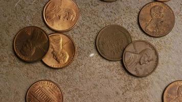 rotierende Stock Footage Aufnahme von amerikanischen Pennys (Münze - $ 0,01) - Geld 0159