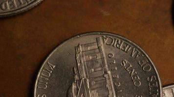 giro stock footage shot de moedas monetárias americanas - dinheiro 0287